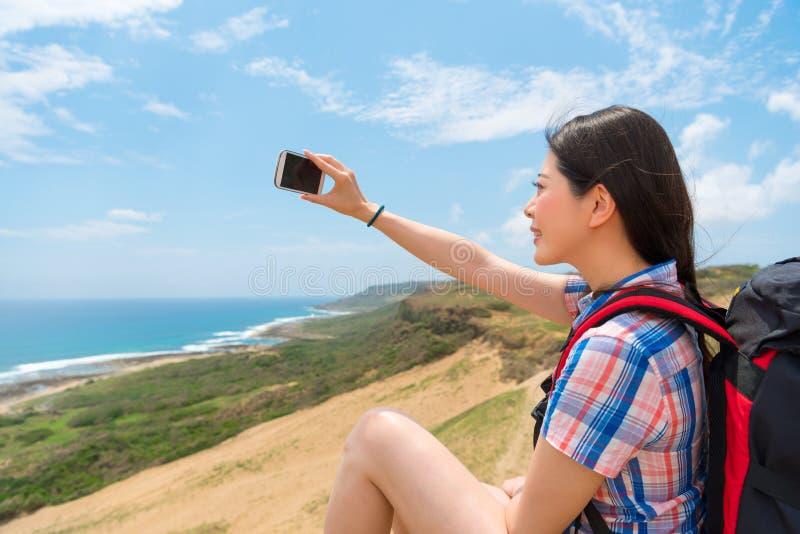 Foto del primo piano della donna che usando il selfie mobile fotografia stock libera da diritti