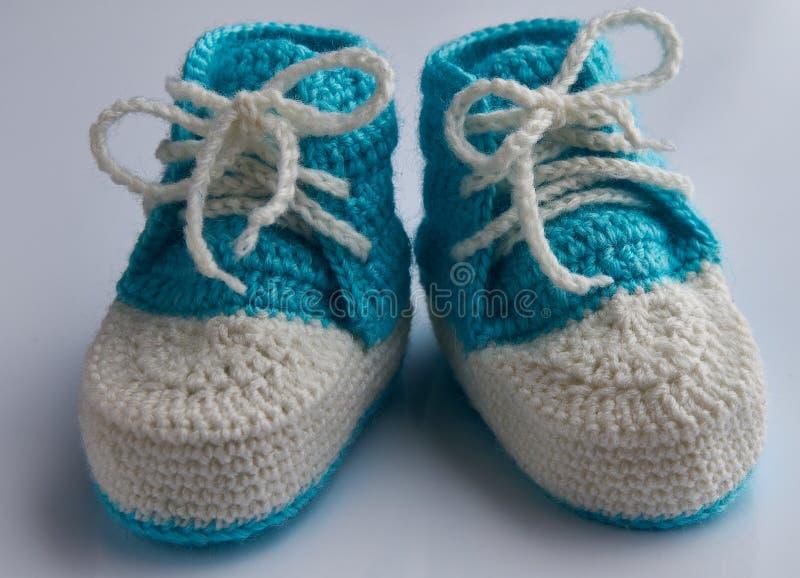 Foto del primo piano delle babbucce blu del bambino fotografia stock libera da diritti