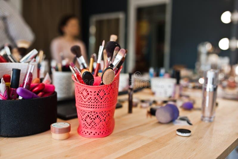 Foto del primo piano delle spazzole di trucco nel salone di bellezza immagine stock libera da diritti