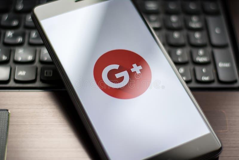 Foto del primo piano di Google più l'icona su uno schermo del telefono cellulare immagine stock