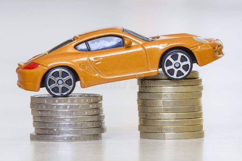 Foto del primo piano di nuova automobile sportiva costosa lussuosa gialla brillante luminosa del giocattolo su due mucchi delle m fotografia stock libera da diritti
