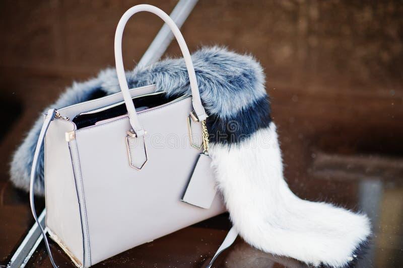 Foto del primo piano di una borsa alla moda con la decorazione simile a pelliccia sulla cima immagini stock