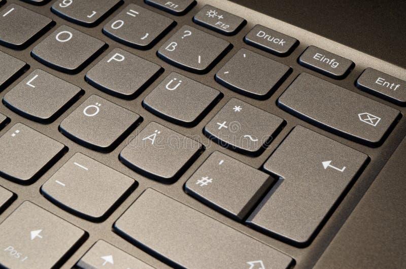 Foto del primo piano di una tastiera del taccuino con la disposizione tedesca immagini stock