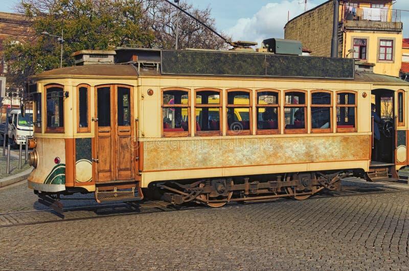 Foto del primo piano del tram d'annata storico della via È uno dei simboli di Oporto immagini stock libere da diritti