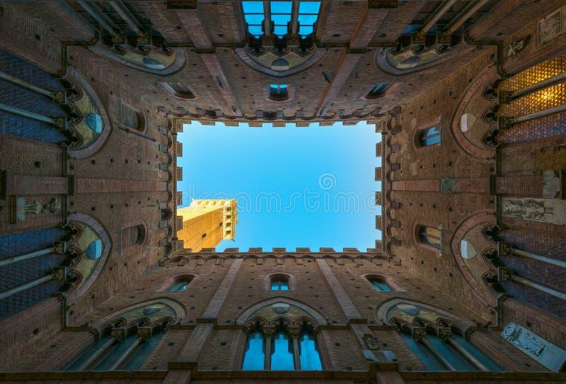 Foto del punto di riferimento di Siena Cortile del Podesta e torre di Mangia Tusc immagini stock libere da diritti