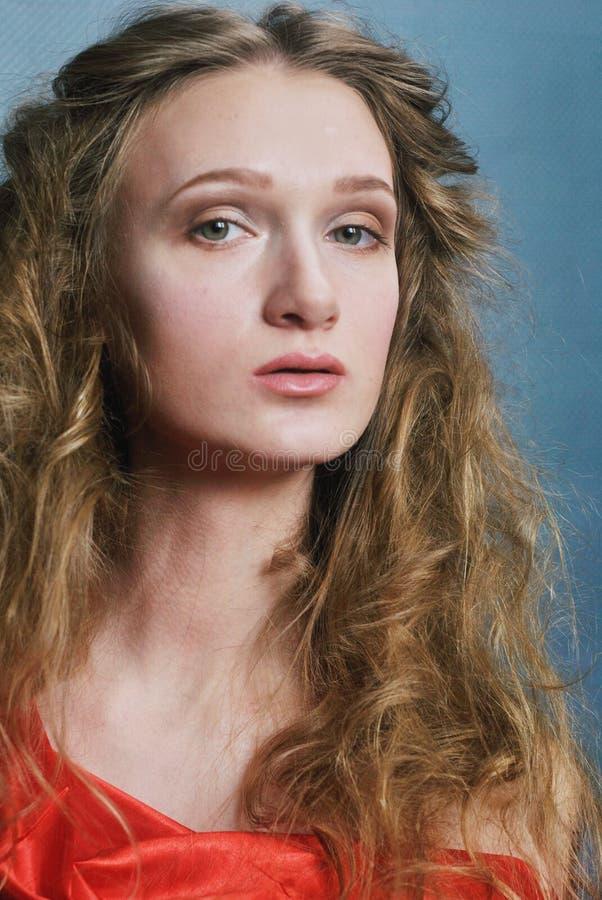 Foto del retrato de la cara modelo hermosa con el pelo rizado foto de archivo