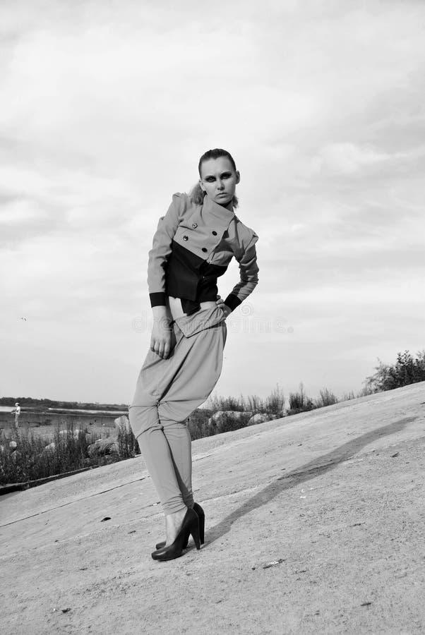Foto del retrato de la muchacha modelo de presentación de lino quebrada en fondo del asfalto Monocromo blanco y negro foto de archivo libre de regalías