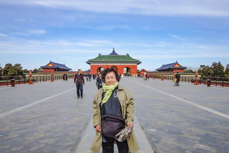 Foto del retrato del pueblo chino Unacquainted o del touristin de las mujeres asiáticas mayores que camina en el Templo del Cielo fotos de archivo
