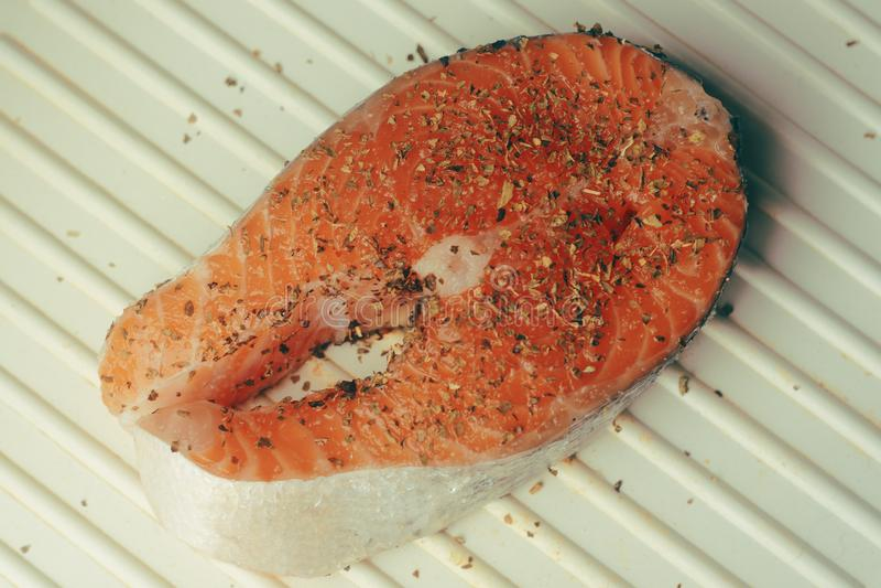 Foto del salmone Colore ricco del pesce rosso fresco Di color salmone filetto di pesce sulla griglia elettrica in spezie, basilic fotografie stock libere da diritti