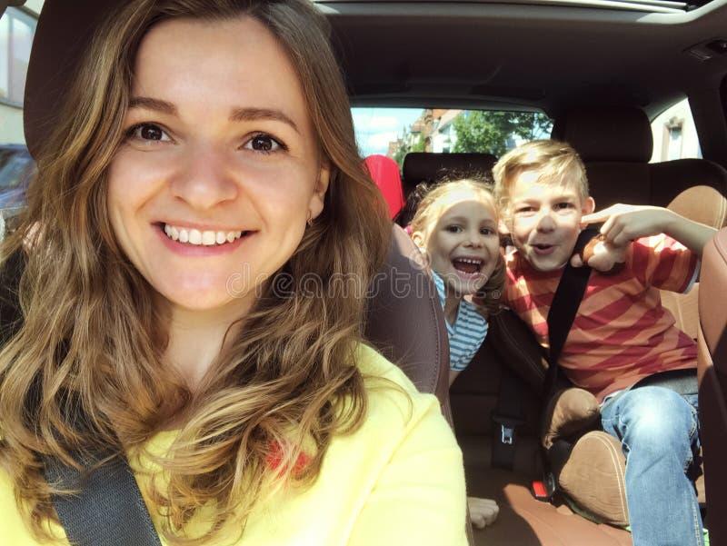 Foto del selfie de la familia en coche el vacaciones de verano foto de archivo