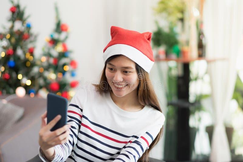 Foto del selfie de la toma de la mujer de la sonrisa de Asia con el teléfono móvil con la falta de definición c imagenes de archivo