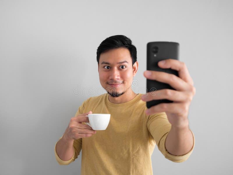 Foto del selfie de los taks del hombre con café fotos de archivo libres de regalías