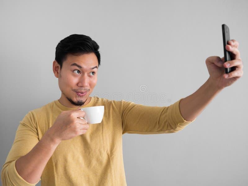 Foto del selfie de los taks del hombre con café fotografía de archivo