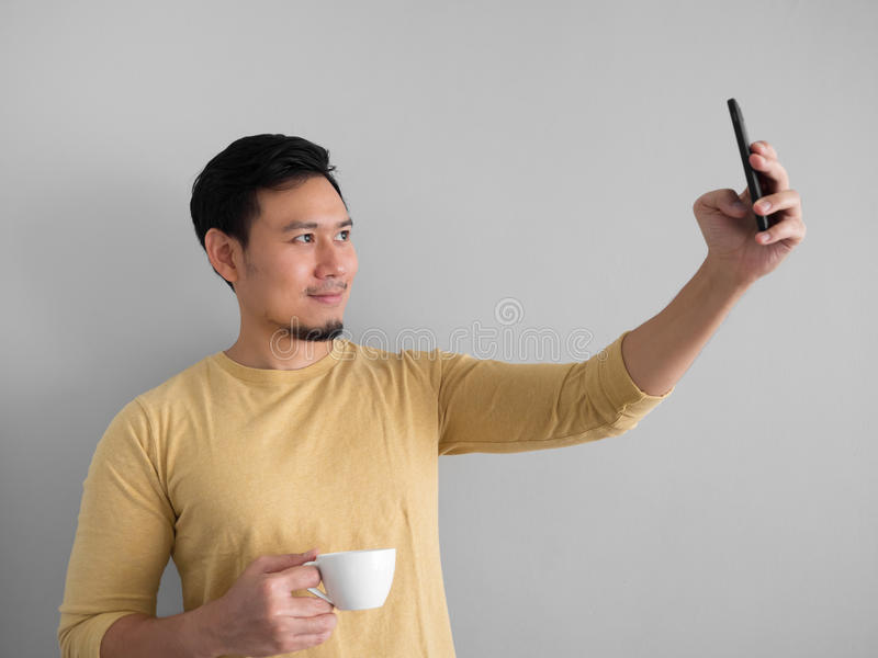 Foto del selfie de los taks del hombre con café foto de archivo libre de regalías