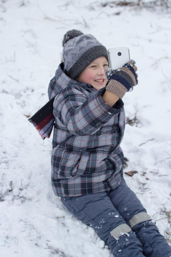 Foto del selfie del muchacho en el invierno fotos de archivo libres de regalías