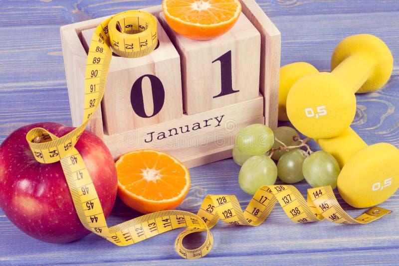 Foto del vintage, calendario del cubo, frutas, pesas de gimnasia y cinta métrica, Años Nuevos de resoluciones fotografía de archivo