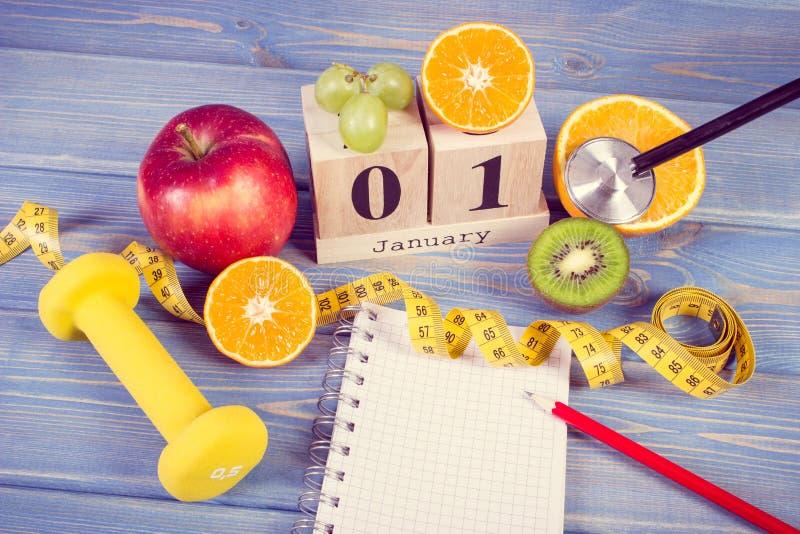 Foto del vintage, calendario del cubo, frutas, pesas de gimnasia y cinta métrica, Años Nuevos de resoluciones fotos de archivo libres de regalías