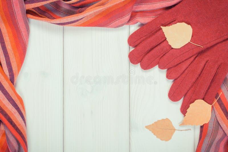 Foto del vintage, capítulo de guantes y del mantón para la mujer, ropa para el otoño o concepto del invierno fotografía de archivo
