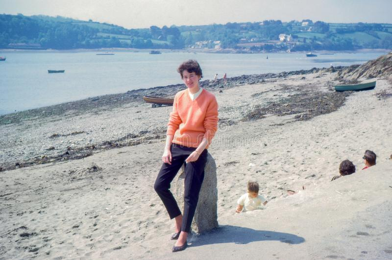 Foto del vintage circa 1963 la mujer joven, paso de Helford, Cornualles fotos de archivo
