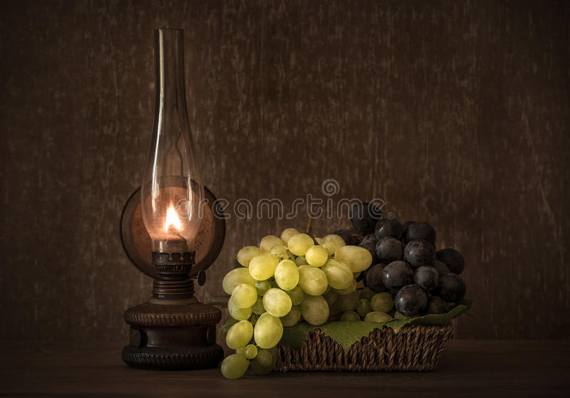 Foto del vintage de uvas frescas en la cesta foto de archivo