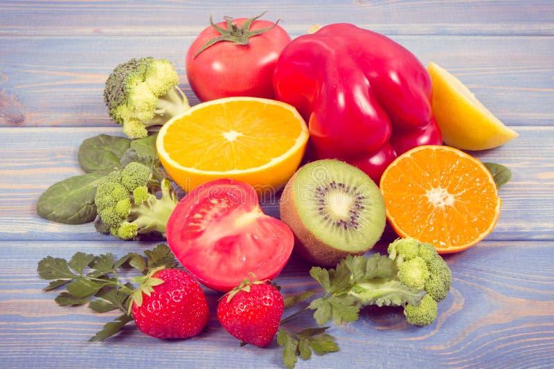 Foto del vintage, frutas y verduras como vitamina C de las fuentes, fibra dietética y minerales, consolidando inmunidad y la cons foto de archivo libre de regalías