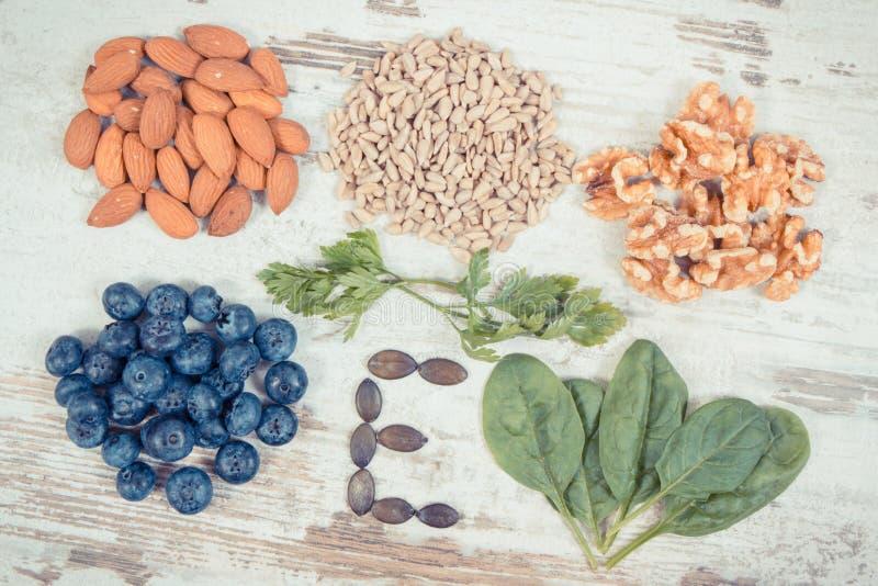 Foto del vintage, ingredientes que contienen la vitamina E, minerales naturales y fibra dietética, nutrición sana fotos de archivo