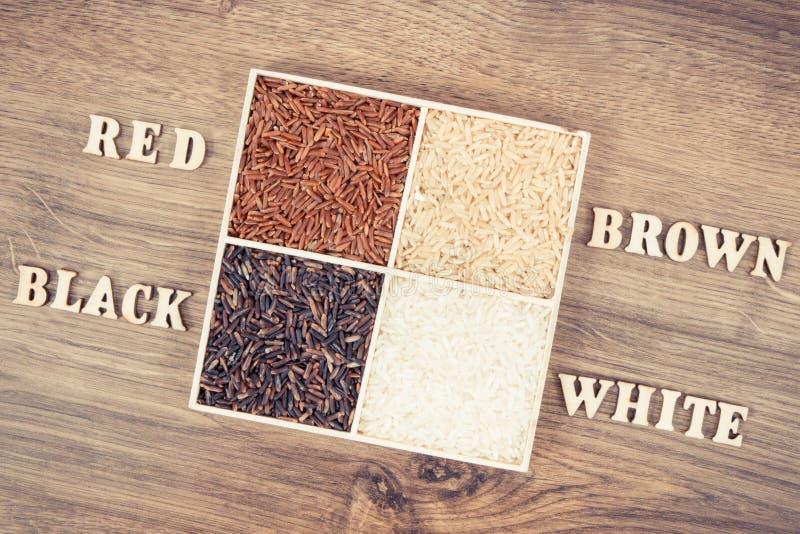 Foto del vintage, montón del arroz blanco, marrón, rojo y negro con la inscripción, concepto sano de la nutrición fotografía de archivo
