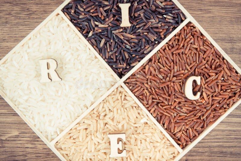 Foto del vintage, mont?n del arroz blanco, marr?n, rojo y negro con la inscripci?n, concepto sano de la nutrici?n foto de archivo libre de regalías