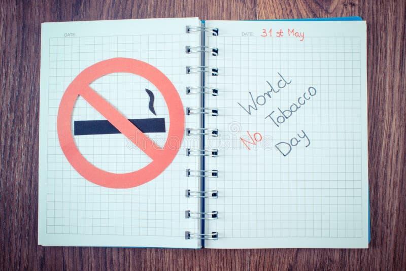 Foto del vintage, muestra de no fumadores roja, mundo ningún día del tabaco en cuaderno imagen de archivo