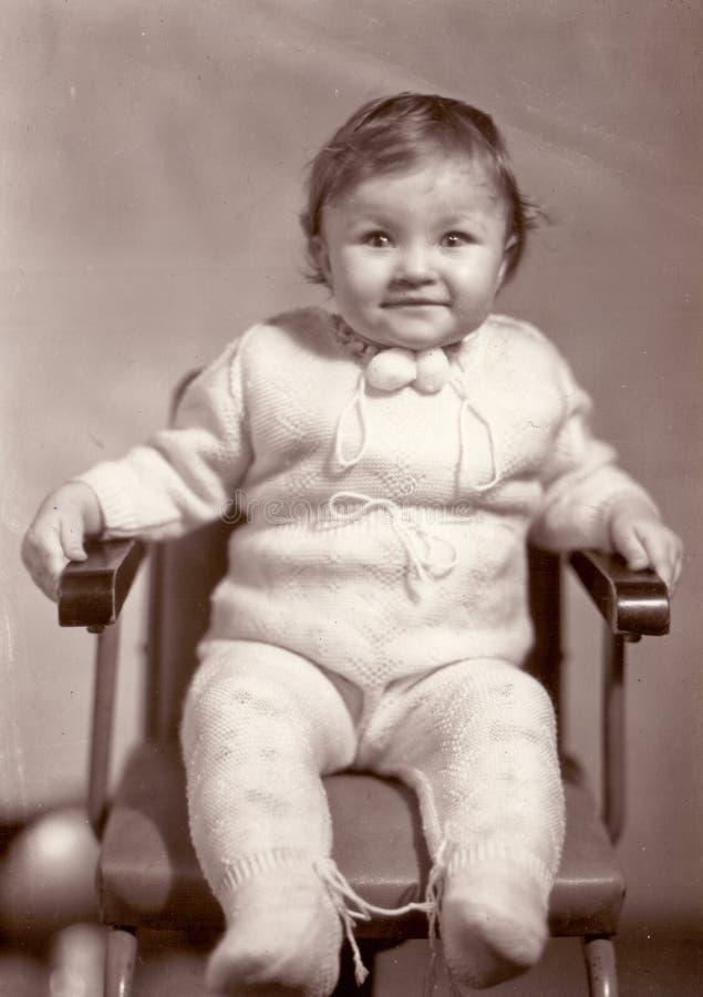 Foto del vintage del pequeño bebé sonriente feliz fotografía de archivo