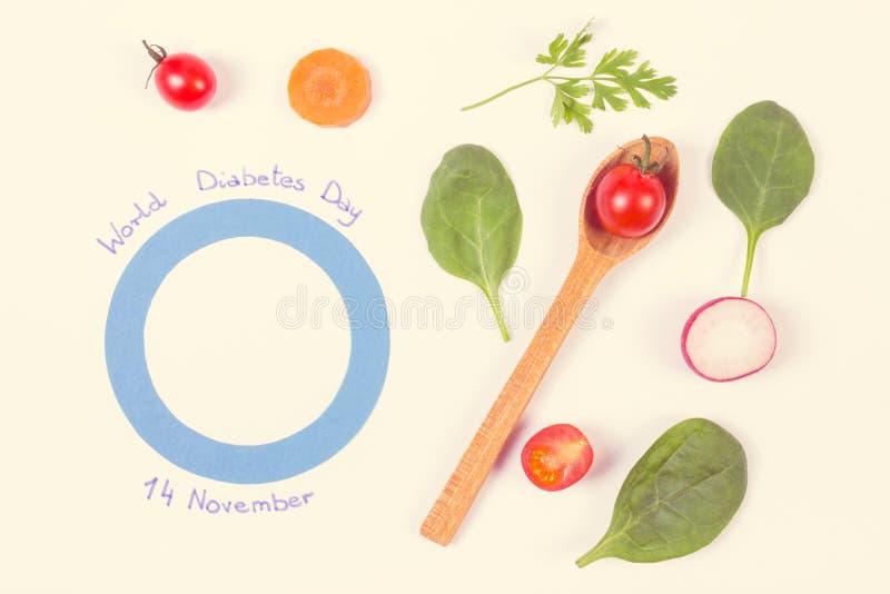 Foto del vintage, símbolo del día de la diabetes del mundo y verduras frescas en el fondo blanco imagen de archivo