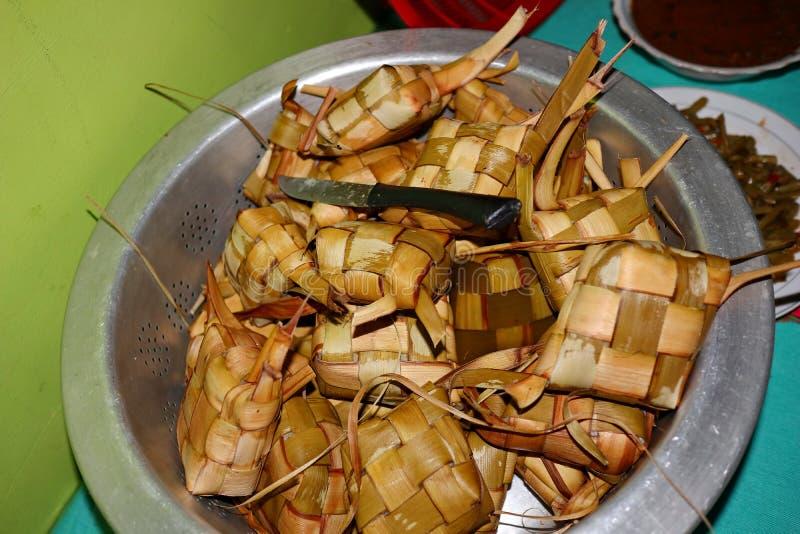 Foto dell'alimento di Ketupat, un tipo di alimento tipico servito durante le celebrazioni di Eid fotografie stock