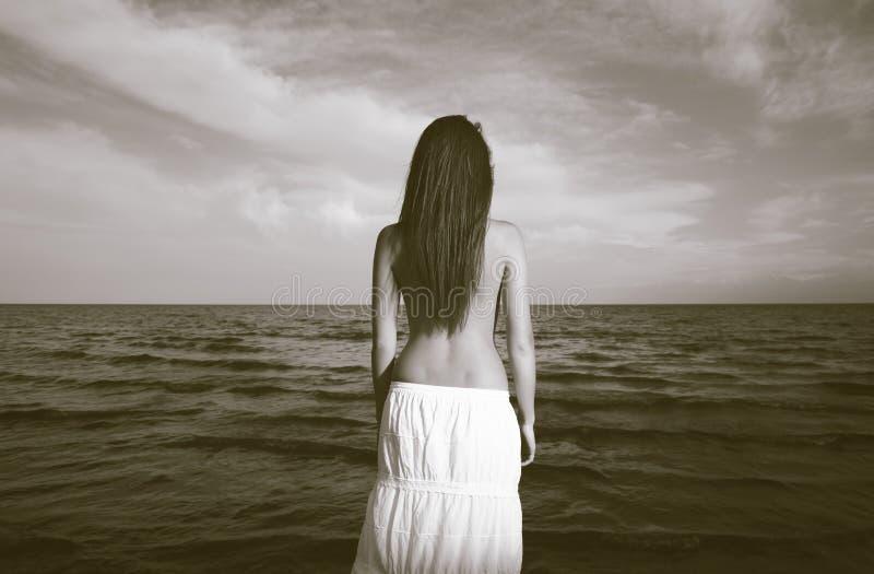 Foto dell'annata della donna e del mare fotografie stock libere da diritti