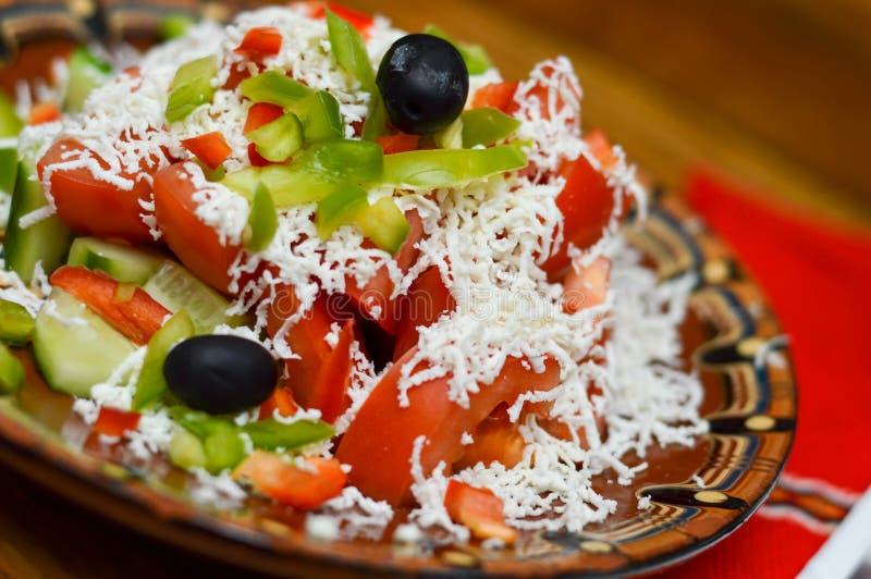 Foto dell'insalata di Shopska Cucina bulgara tradizionale fotografie stock