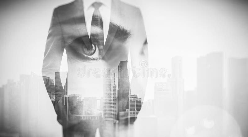 Foto dell'occhio e dell'uomo d'affari della donna in vestito Grattacielo di doppia esposizione sui precedenti Bianco nero immagini stock