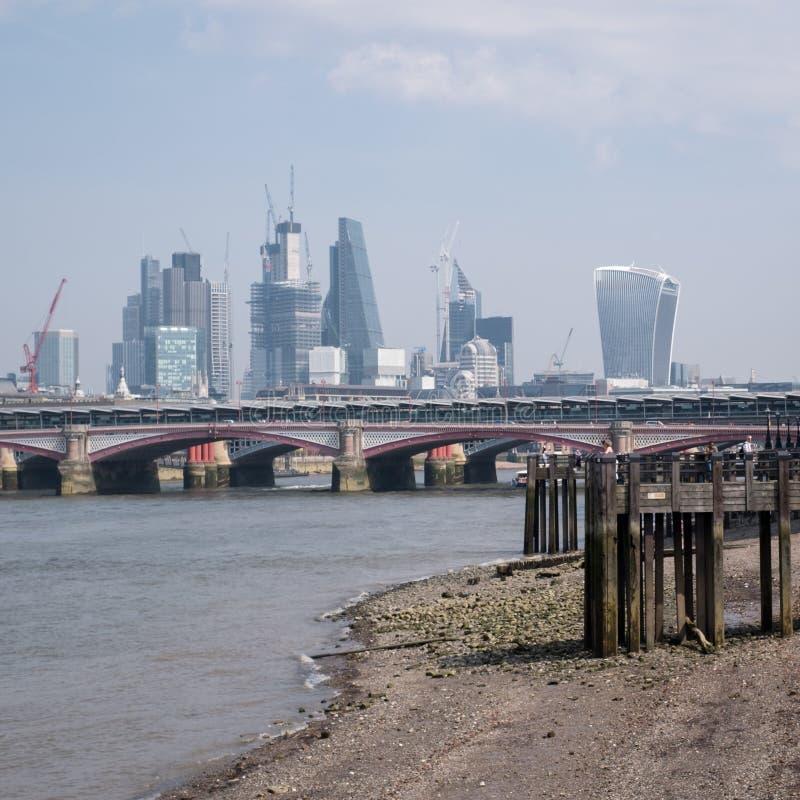 Foto dell'orizzonte di Londra che mostra le costruzioni al ` della costruzione del walkie-talkie del ` della via di 20 Fenchurch  fotografia stock
