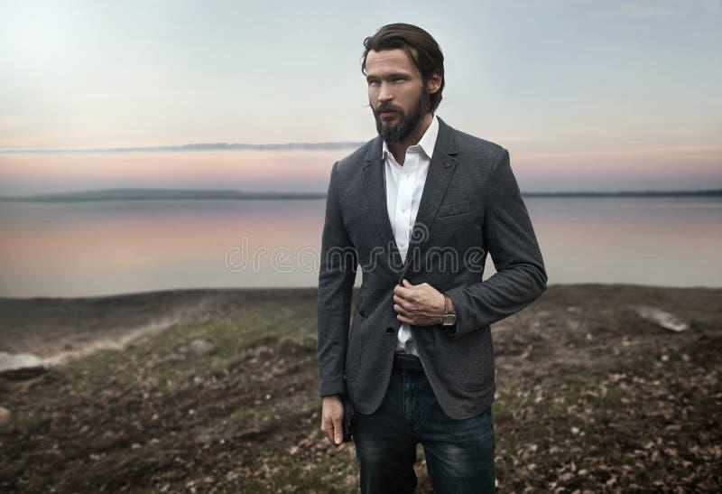 Foto dell'uomo alla moda bello elegante fotografie stock