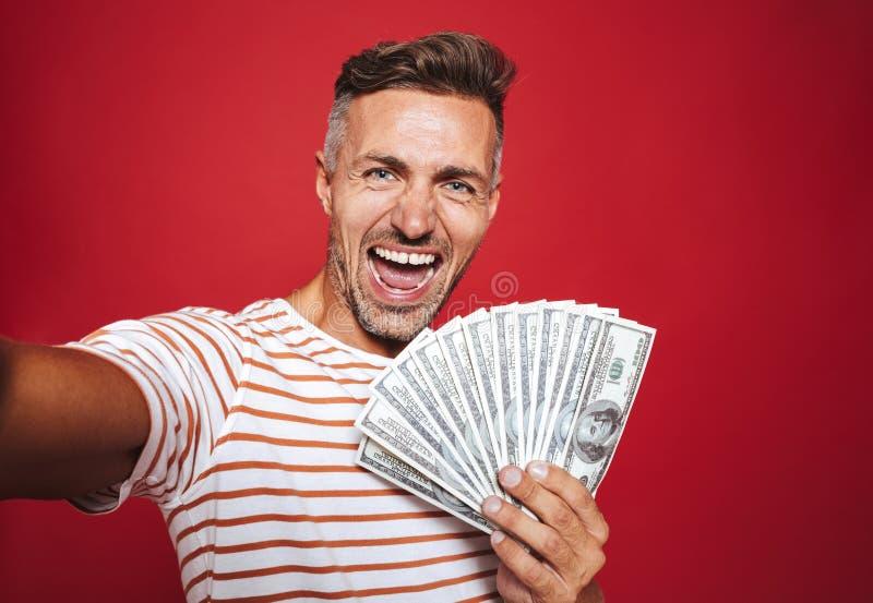 Foto dell'uomo contentissimo in maglietta a strisce che sorride e che prende sel fotografia stock libera da diritti
