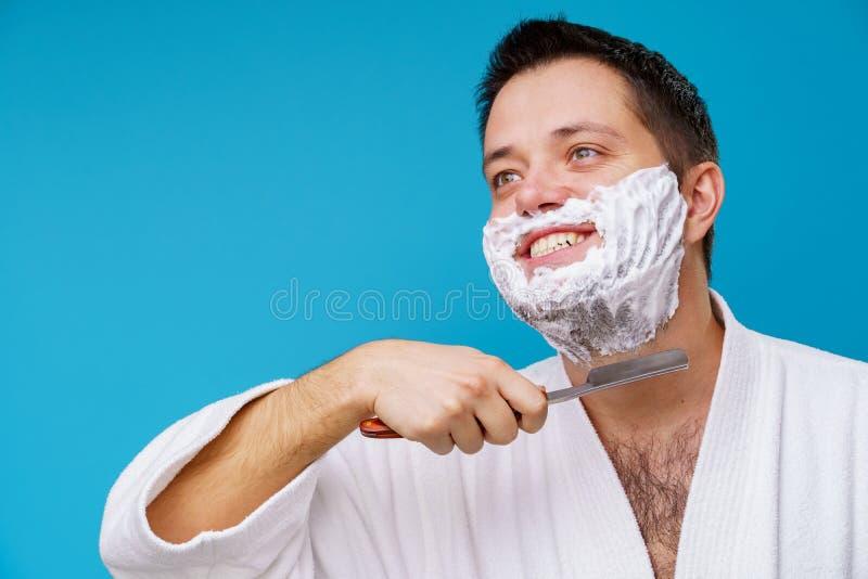 Foto dell'uomo felice nella rasatura delle camice fotografia stock