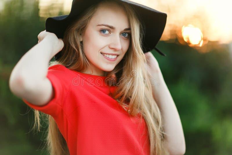 Foto della bionda in black hat immagine stock