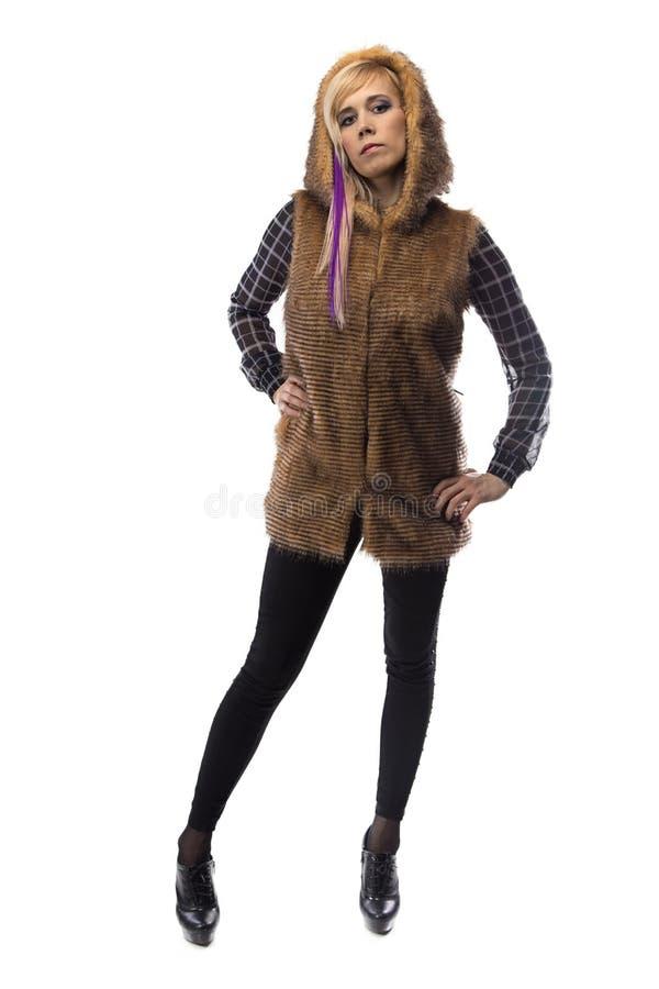 Foto della bionda in rivestimento marrone della pelliccia, mento su immagini stock libere da diritti