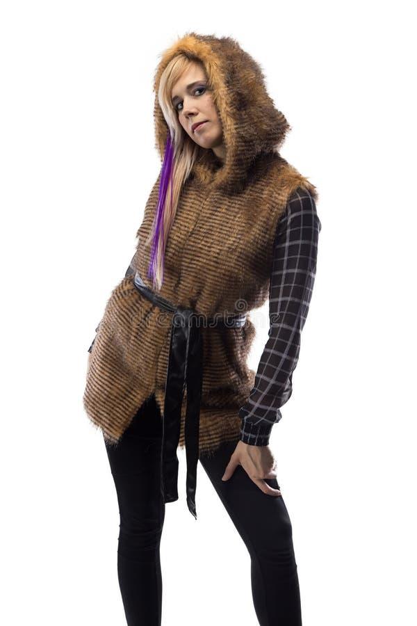 Foto della bionda in rivestimento marrone della pelliccia, metà girata immagini stock