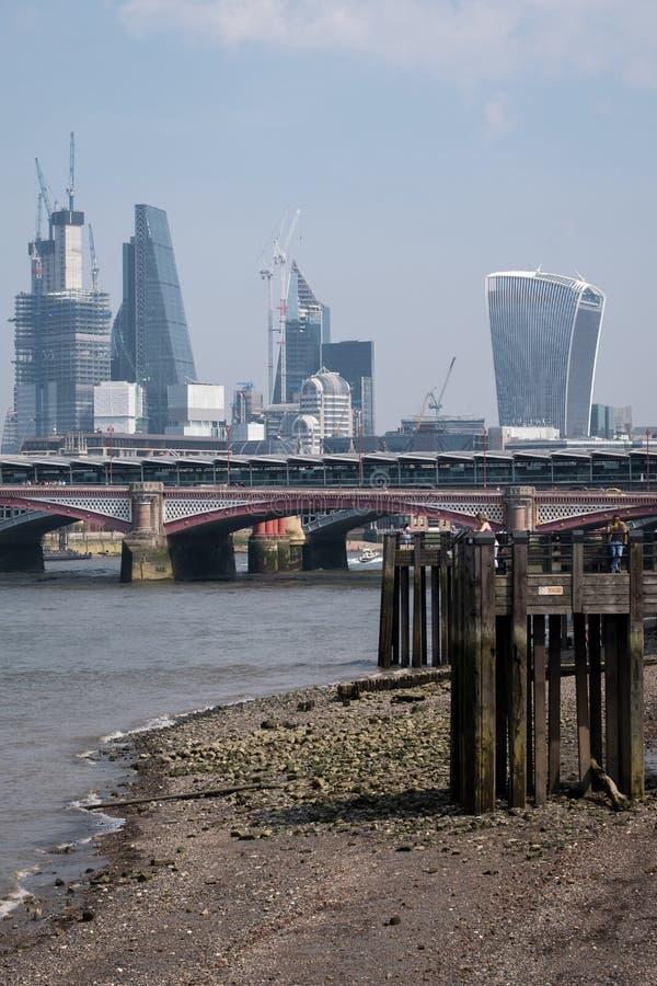 Foto della città dell'orizzonte di Londra che mostra le costruzioni al ` della costruzione del walkie-talkie del ` della via di 2 immagini stock libere da diritti