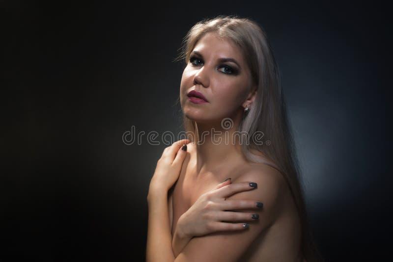 Foto della donna bionda con le spalle nude immagine stock libera da diritti