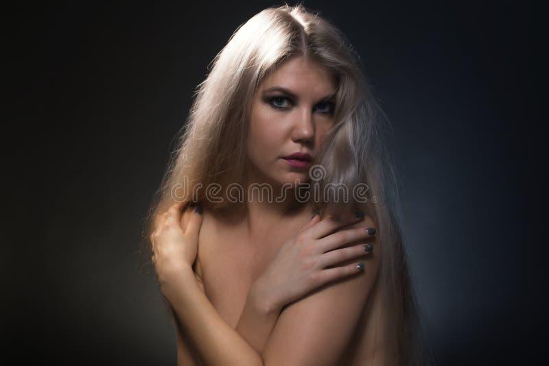 Foto della donna bionda con le spalle nude fotografia stock