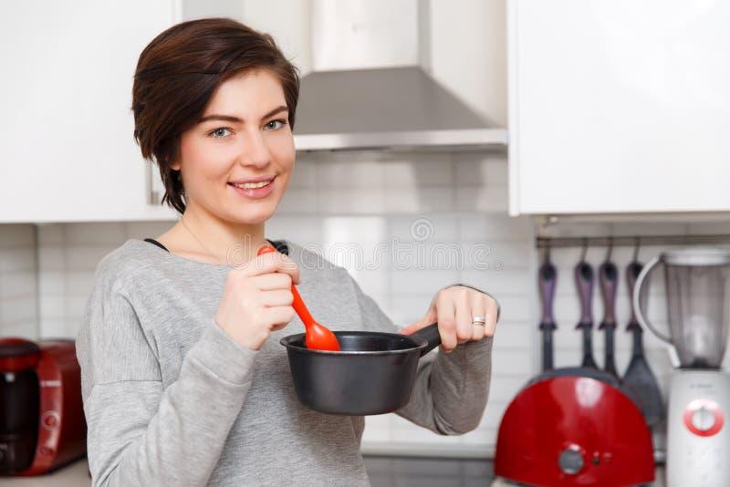 Foto della donna con la casseruola immagine stock