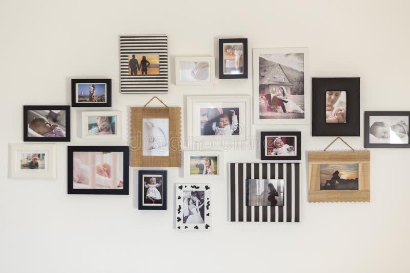 Foto della famiglia nei vari telai della foto illustrazione di stock