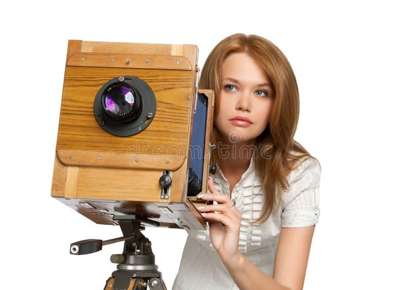 Foto della fucilazione della donna con la macchina fotografica dell'annata fotografie stock