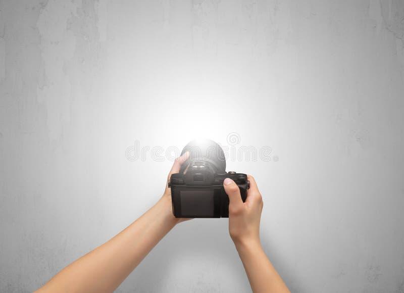 Foto della mano che spara una parete grigia vuota illustrazione vettoriale