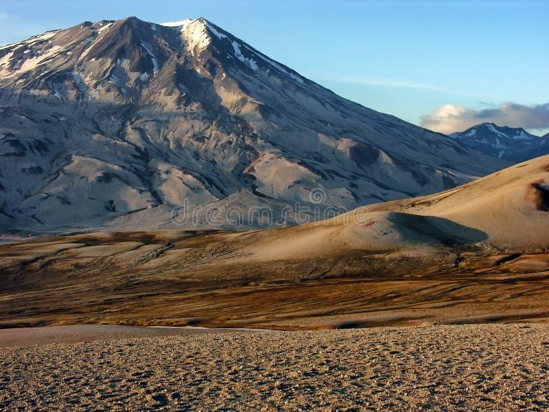 Foto della montagna bianca di Grey Mountain Beside Two Tone Brown durante il giorno fotografia stock libera da diritti